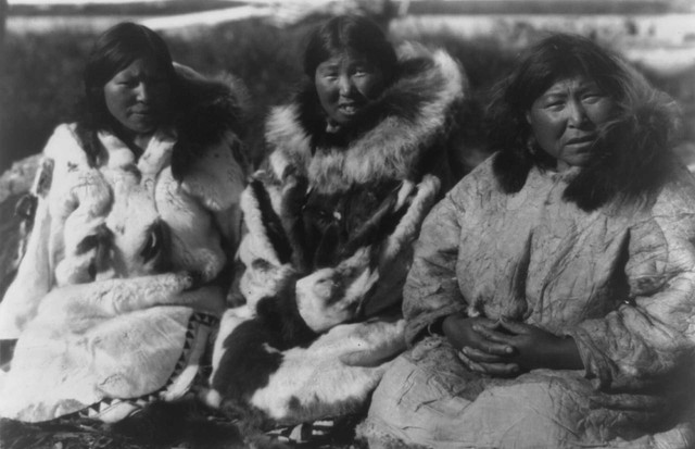 Three Inuit women in fur and skin parkas, Selawik, Alaska, circa 1929. Photograph by Edward Curtis (Foto: EDWARD CURTIS)