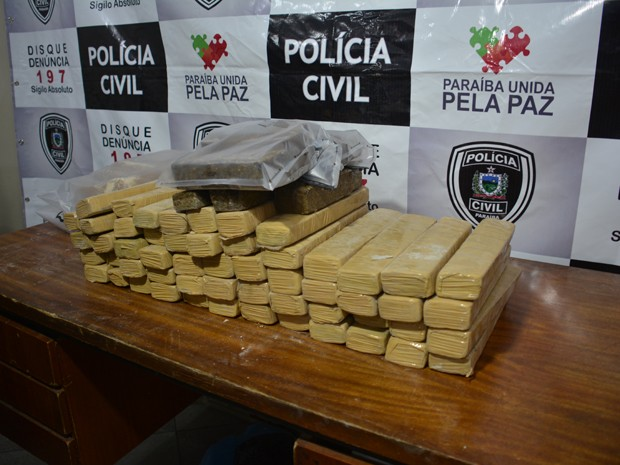 Polícia apresenta drogas apreendidas em Bayeux, na sexta-feira (Foto: Walter Paparazzo/G1)