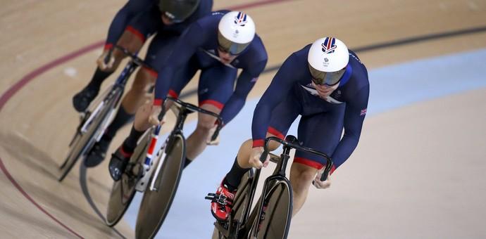 Equipe masculina britânica corre para conquistar o ouro no ciclismo de velocidade (Foto: Reuters)