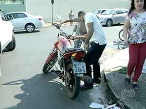 Motocicleta não teria parado no cruzamento (Foto: Reprodução/TV Anhanguera)