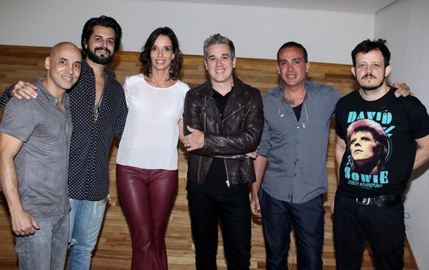 Jota Quest posa com diretora-geral do Hotel Unique, Melissa Oliveira (Foto: Thiago Duran/AgNews)