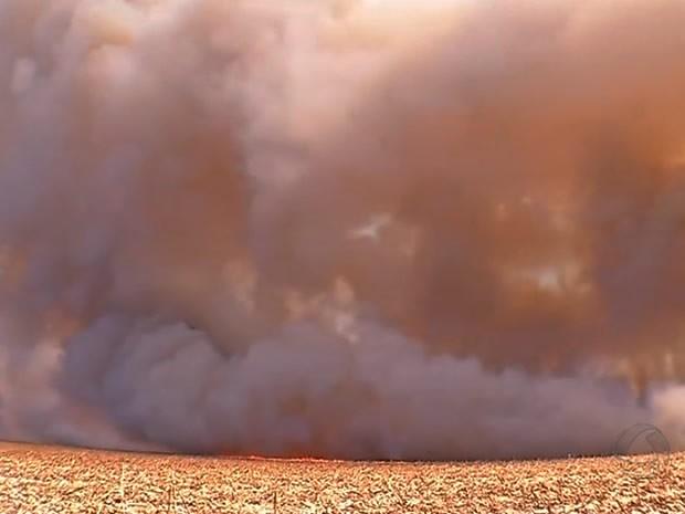 Fogo atingiu quatro fazendas no Distrito de Deciolândia, em Diamantino, Mato Grosso. (Foto: Reprodução/TVCA)