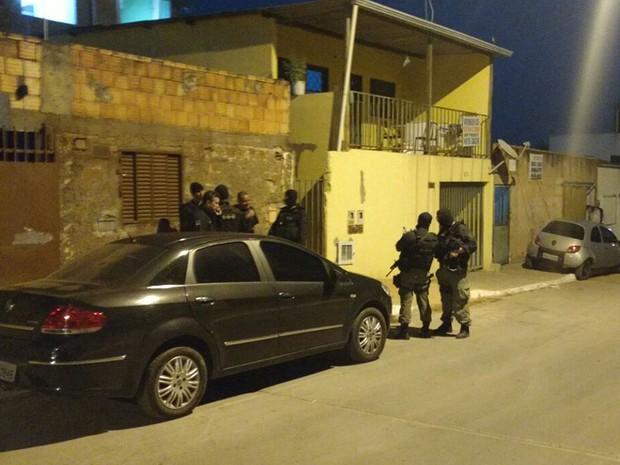 Policiais civis durante operação para combater tráfico de drogas e armas no Distrito Federal (Foto: Polícia Civil/Divulgação)