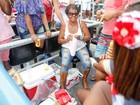 Carnaval do isoporzinho! Crise faz famílias levarem lanche para Sapucaí