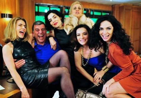 (Foto: Maitê, Sabatella, Gam, Regiane e Ohana com o diretor Jorge Fernando/ Foto: João Miguel Junior/ TV Globo)