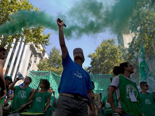 Em primeira greve de trabalhadores públicos no governo Macri, manifestantes vão ás ruas nesta quarta-feira (24) para protestar contra demissões (Foto: AP Photo/Natacha Pisarenko)