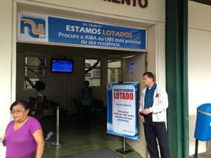 Hospital Universitário com avisos de lotação (Foto: Tatiana Santiago/G1)