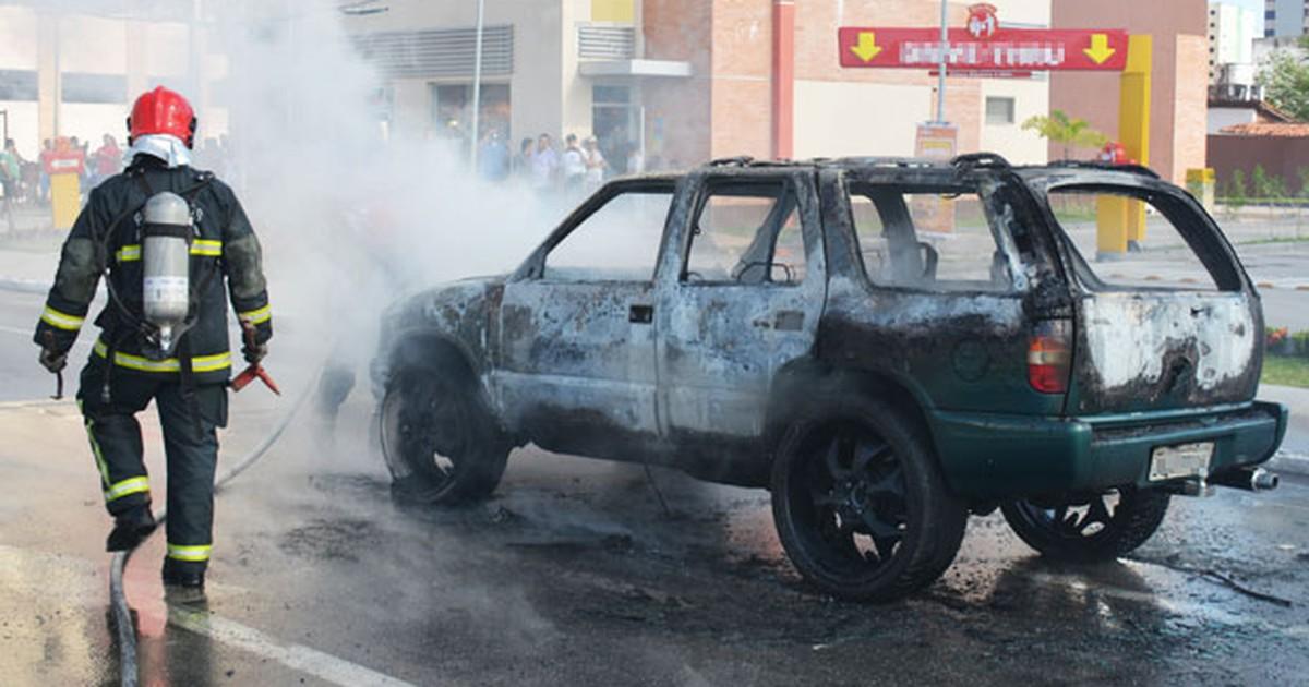 Carro pega fogo em uma das principais avenidas de João Pessoa - Globo.com