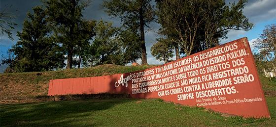 Monumento em homenagem aos desaparecidos na vala clandestina no cemitério  (Foto: Luiz Carlos Leite/Folhapress)
