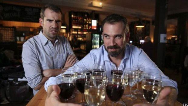 Os gêmeos foram monitorados durante todo o experimento, com exames médicos detalhados  (Foto: BBC)