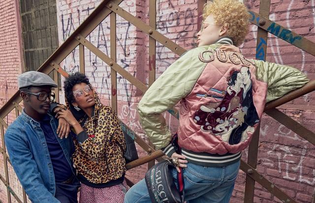 A partir da esquerda, Ana Flávia usa moletom (R$ 1.120), bermuda (R$ 790) e brincos (R$ 390), tudo À La Garçonne, e óculos Gucci; e Thais Borges usa jaqueta (R$ 24.750), calça (R$ 4.160), óculos e anel, tudo Gucci (Foto: Mar+vin, Dapper Dan Of Harlem Blog, Glen Luchford/Cortersia Gucci, Imaxtree e Divulgação )