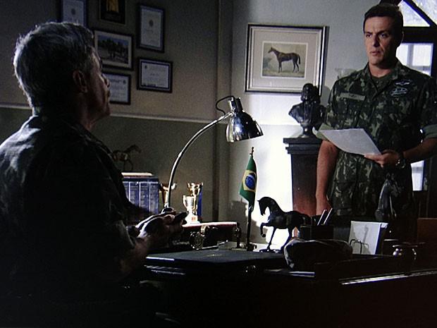 Théo recebe conselhos de Capitão Nunes sobre o processo por danos morais (Foto: Salve Jorge/TV Globo)