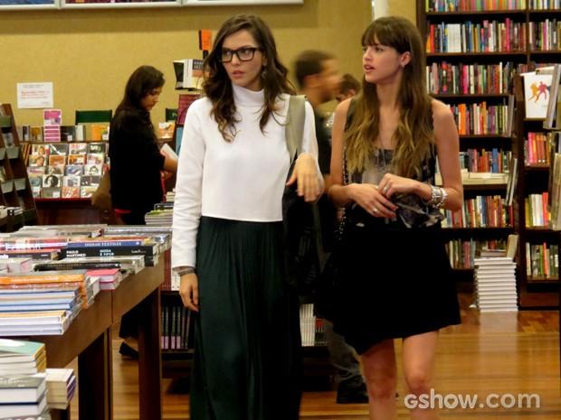 Tainá Müller e Agatha Moreira gravam cena em livraria (Foto: Em Família / TV Globo)