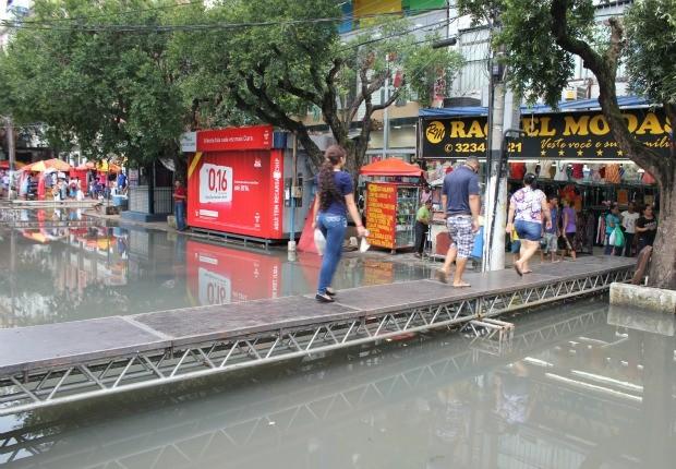 Ponte tenta facilitar passagem de pedestres pelas ruas do centro (Foto: Tiago Melo/G1)