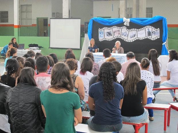Mais de 700 estudantes, além de pais e professores, acompanharam o palestra com Nanette Konig (Foto: Orion Pires/G1 Santos)