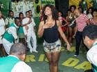 De shortinho, Erika Januza vai a ensaio de escola de samba no Rio