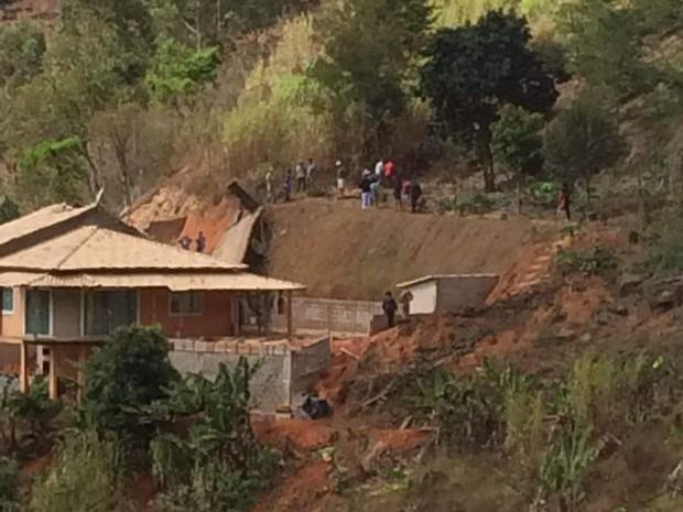Caminhão cai em Venda Nova (Foto: VC no ESTV)
