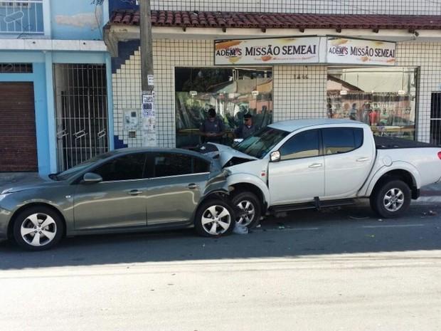 Motorista da Mitsucishi bateu em outros quatro veículos  (Foto: Eduardo Uliana / VC no ESTV)
