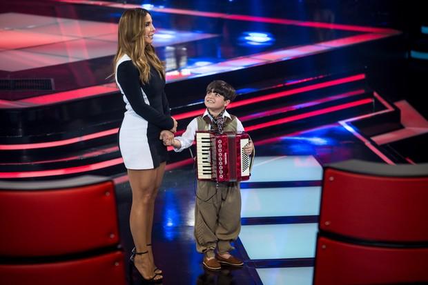 Ivete Sangalo com um participante do The Voice Kids (Foto: Isabella Pinheiro / Globo)