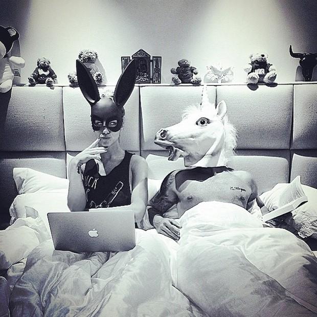 Mascarados, Giovanna Ewbank e Bruno Gagliasso posam na cama do casal (Foto: Instagram/ Reprodução)