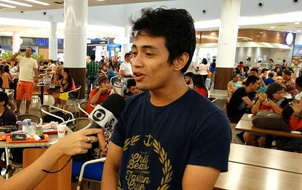 Ilbre Rafique cantou e ganhou brindes na ação da Rede Amazônica (Foto: Onofre Martins/Rede Amazônica)