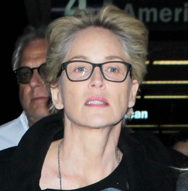 X17 - Sharon Stone em aeroporto em Los Angeles, nos Estados Unidos (Foto: X17online/ Agência)