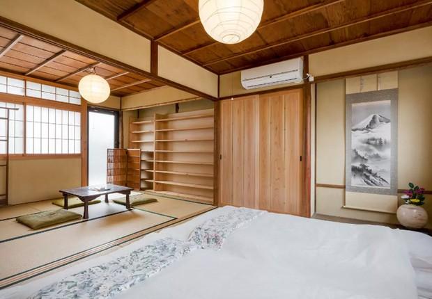 Casa tradicional japonesa oferece futon e piso de esteira de bambu em Kyoto, no Japão (Foto: Reprodução/Airbnb)