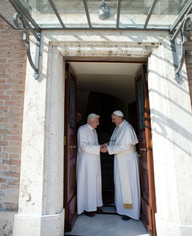 Papa Francisco recebeu pessoalmente Bento XVI no Vaticano (Foto: Laurent Kalfala/Osservatore Romano/AFP)
