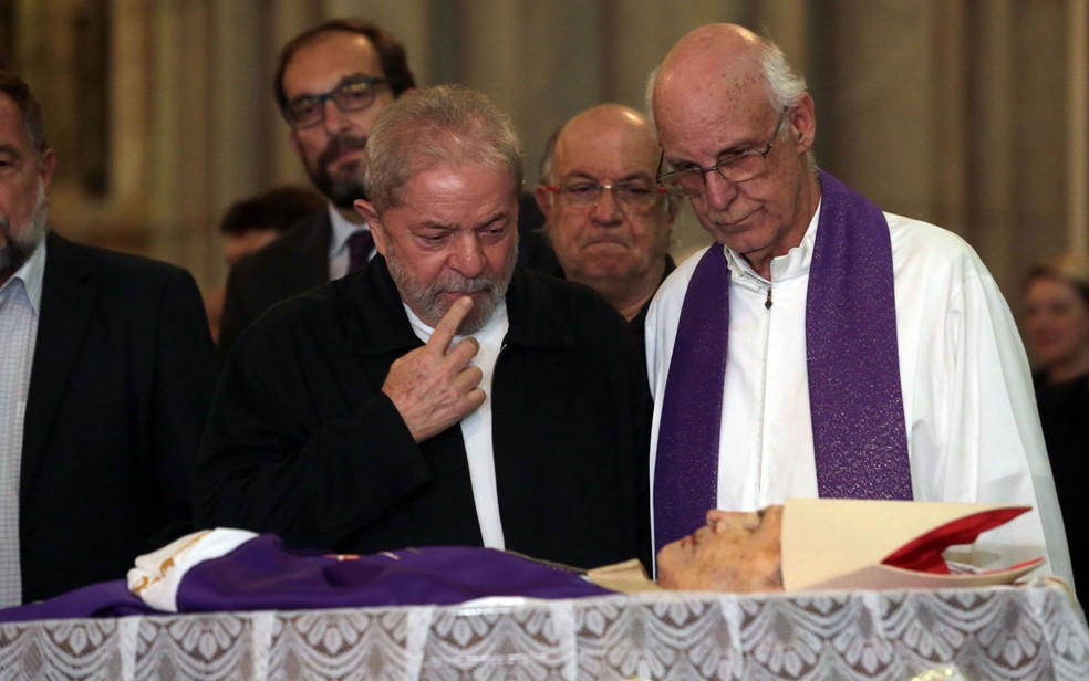 O ex-presidente Luis Inácio Lula da Silva ao lado do padre Júlio Lancellotti  durante o funeral do cardeal Dom Paulo Evaristo Arns, Arcebispo Emérito da Arquidiocese de São Paulo, na Catedral da Sé (Foto: Alex Silva/Estadão Conteúdo)