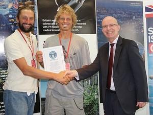 Anton Wright and Mark de Rond recebendo o certificado do Guinness, do cônsul britânico John Doddrell (Foto: Divulgação)