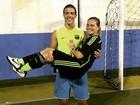Ronald, filho do Ronaldo, 'carrega' mãe, Milene Domingues no colo