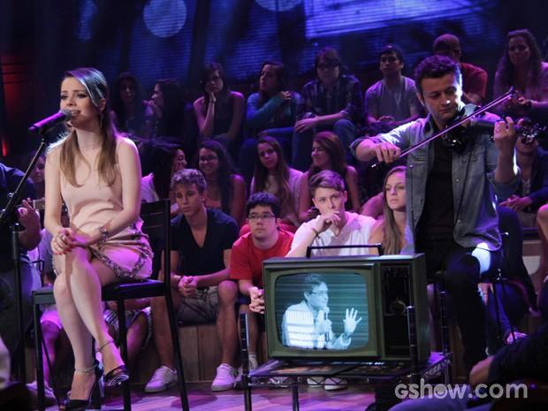 Sandy canta ao som do violino do marido Lucas Lima (Foto: TV Globo/Altas Horas)