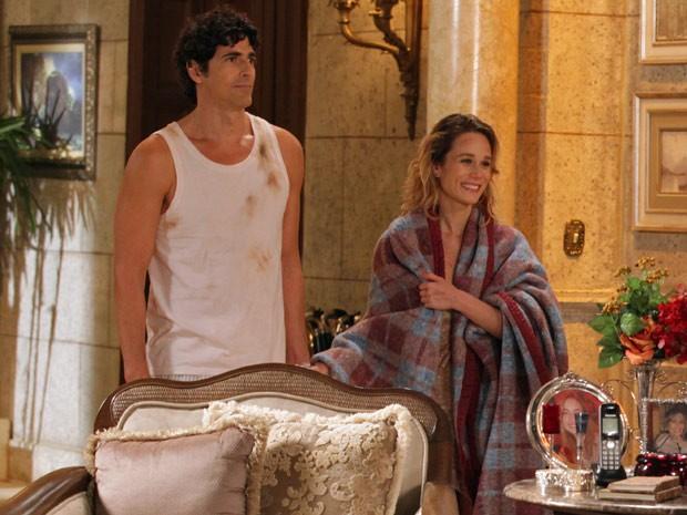 Com roupas todas rasgadas, Nando e Ju chegam da ilha (Foto: Guerra dos Sexos / TV Globo)