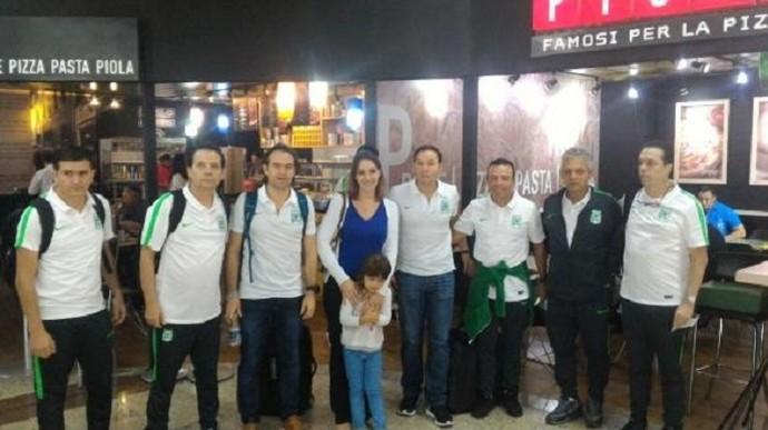 Delegação do Atlético Nacional recebe carinho de brasileiros em escala em Guarulhos (Foto: Divulgação)