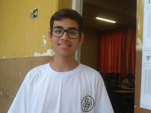 Victor Martins, de 14 anos, ajudou a mãe na padaria da família durante o período de greve (Foto: Adraina Justi/ G1)