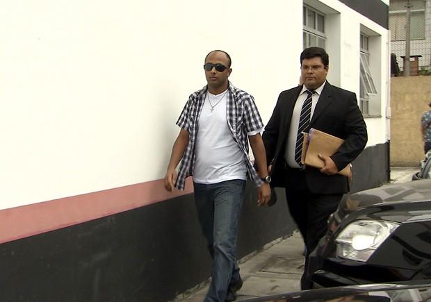 Suspeito de estupro em casa noturna em Santos, SP, se apresentou na delegacia durante a tarde (Foto: Reprodução/TV Tribuna)