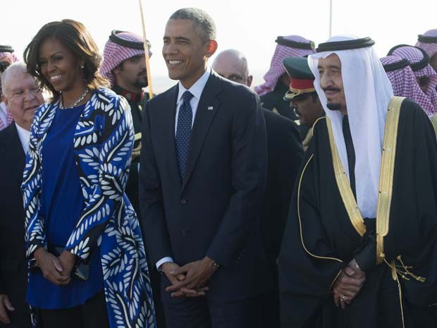 Michelle e Barack Obama recebidos pelo rei Salman na Arábia Saudita