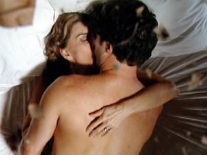 Os dois se entregam à paixão sob folhas e teto de vidro (Foto: Gabriela / TV Globo)