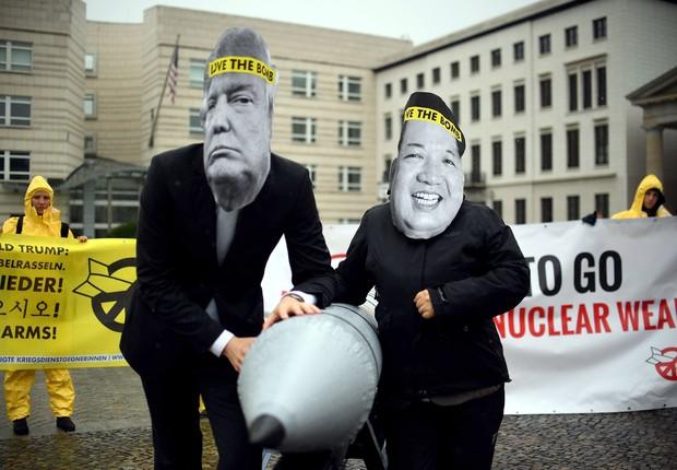 Ativistas do ICAN usam máscaras do líder norte-coreano Kim Jong-un e do presidente norte-americano Donald Trump em protesto contra armas nucleares (Foto: Britta Pedersen/DPA)