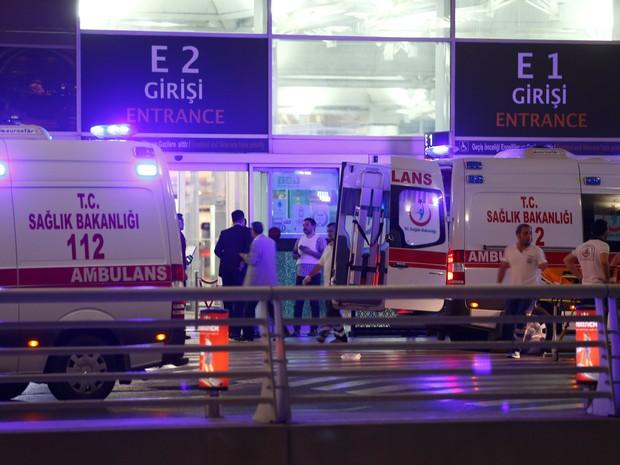 Socorristas atendem as vítimas do ataque ao aeroporto Ataturk em Istambul, na Turquia, após exploões e tiros no local (Foto: Osman Orsal/Reuters)