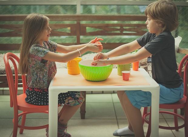 Com 2 xícaras de farinha de trigo, 1 xícara de sal, meio copo de água e tinta guache, faça uma massinha caseira para entreter as crianças. A receita é de Paula Ezra  (Foto: Tati Abreu/Editora Globo)