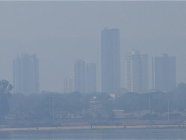 Capital praticamente desapareceu em meio a fumaça (Foto: Reprodução/TV Anhanguera)