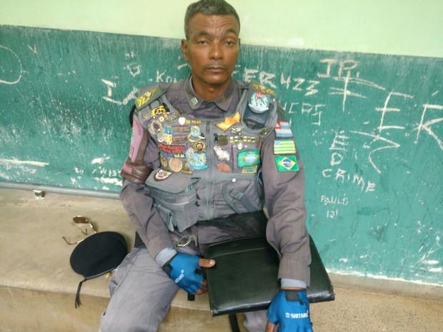 63f138d1df16c Homem com mistura de uniformes militares é detido no DF. Suspeito usava  distintivos da Polícia Militar ...