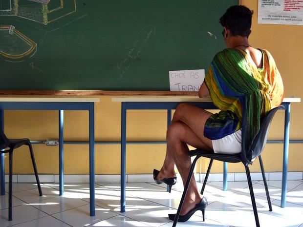 Estudante pinta as unhas e incorpora acessórios femininos em performance (Foto: Fabio Rodrigues/G1)