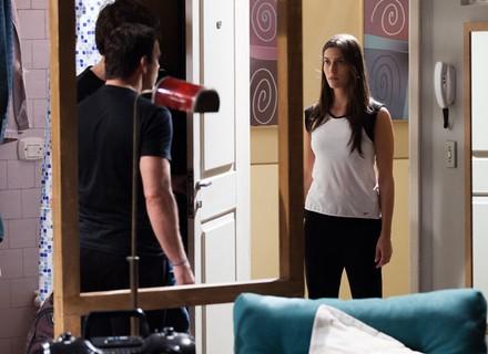 Luiz resolve fugir, mas dá de cara com Nat na porta