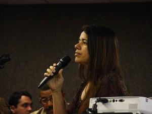 7/5/2013 - Mônica Calheiros, comerciante que vendeu a arma para Suzana Marcolino, presta depoimento no plenário (Foto: Jonathan Lins/G1)