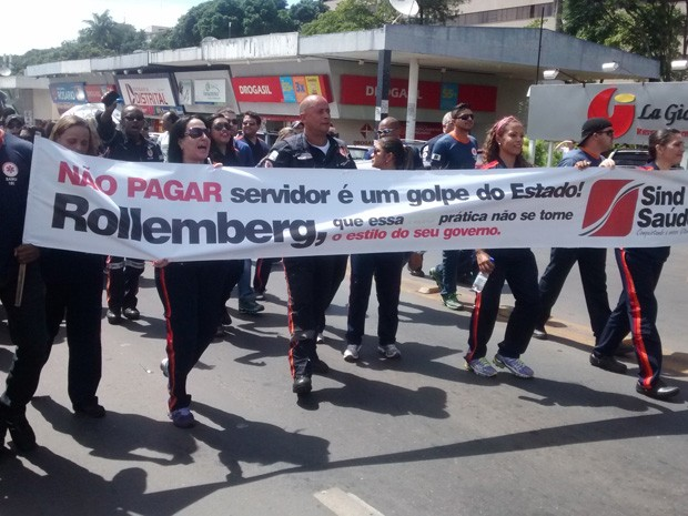 Profissionais de saúde protestam na 102 Sul, em Brasília (Foto: Isabella Calzolari/G1 DF)