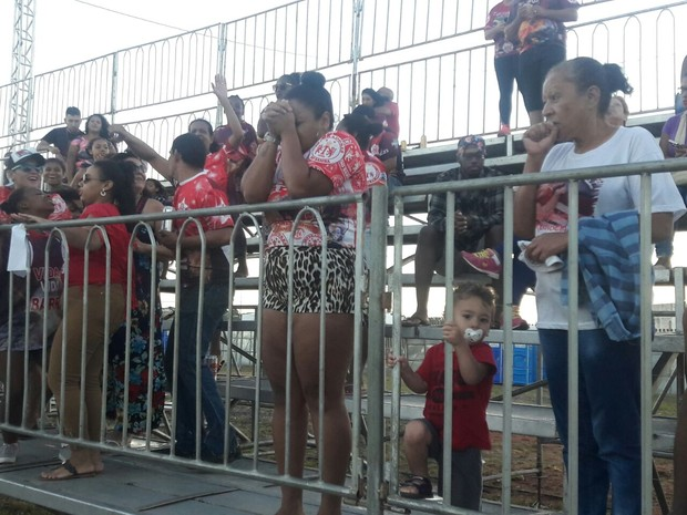 Torcedora da Imperadores do Samba em momento de expectativa durante apuração do carnaval de Porto Alegre (Foto: Zete Padilha/RBS TV)
