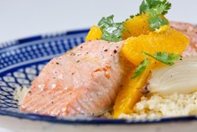 Salmão em papillote com cuscuz marroquino e salada de laranja com coentro