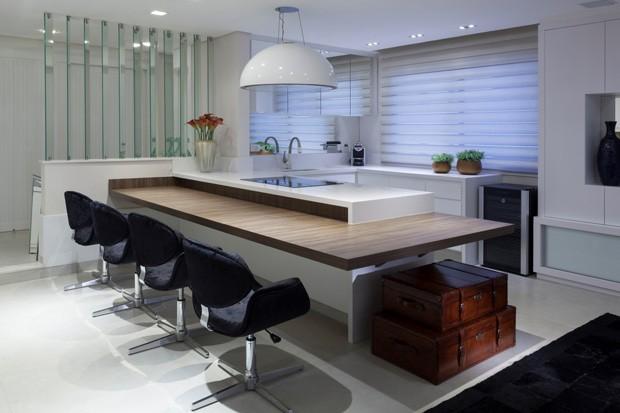 Cadeiras e tapetes pretos em uma cozinha moderna (Foto: Camila Klein)